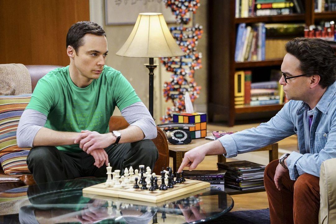Während es sich Penny und Amy auf einem Wellness-Wochenende gut gehen lassen, muss sich Leonard (Johnny Galecki, r.) ausgerechnet bei Nerd Sheldon (... - Bildquelle: 2016 Warner Brothers