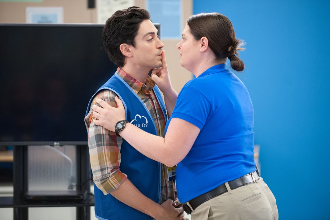 Jonah (Ben Feldman, l.) wurde von Dina (Lauren Ash, r.) ertappt - es gibt einen Videobeweis, der Jonah in Verlegenheit bringt ... - Bildquelle: Colleen Hayes 2015 Universal Television LLC. ALL RIGHTS RESERVED. / Colleen Hayes