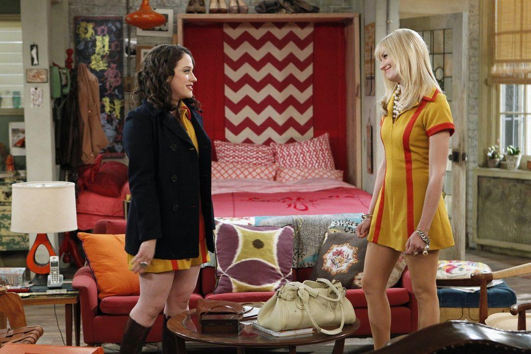 Caroline (Beth Behrs, r.) und Max (Kat Dennings, l.) sind verzweifelt: Die neue Nachbarin Sophie Kachinsky lässt ihnen zu keiner Tages- und Nachtze... - Bildquelle: Warner Brothers
