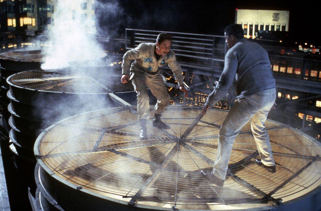 Zwischen dem virtuellen Verbrecher Sid 6.7 (Russell Crowe, l.) und Parker Barnes (Denzel Washington, r.) kommt es zu einem Kampf auf Leben und Tod ... - Bildquelle: Paramount Pictures