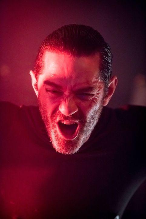 Nach seiner Auferstehung wird Galavan (James Frain) von Dr. Strange beauftragt, Gordon zu töten, während Nygma seine Flucht aus Arkham plant ... - Bildquelle: Warner Brothers