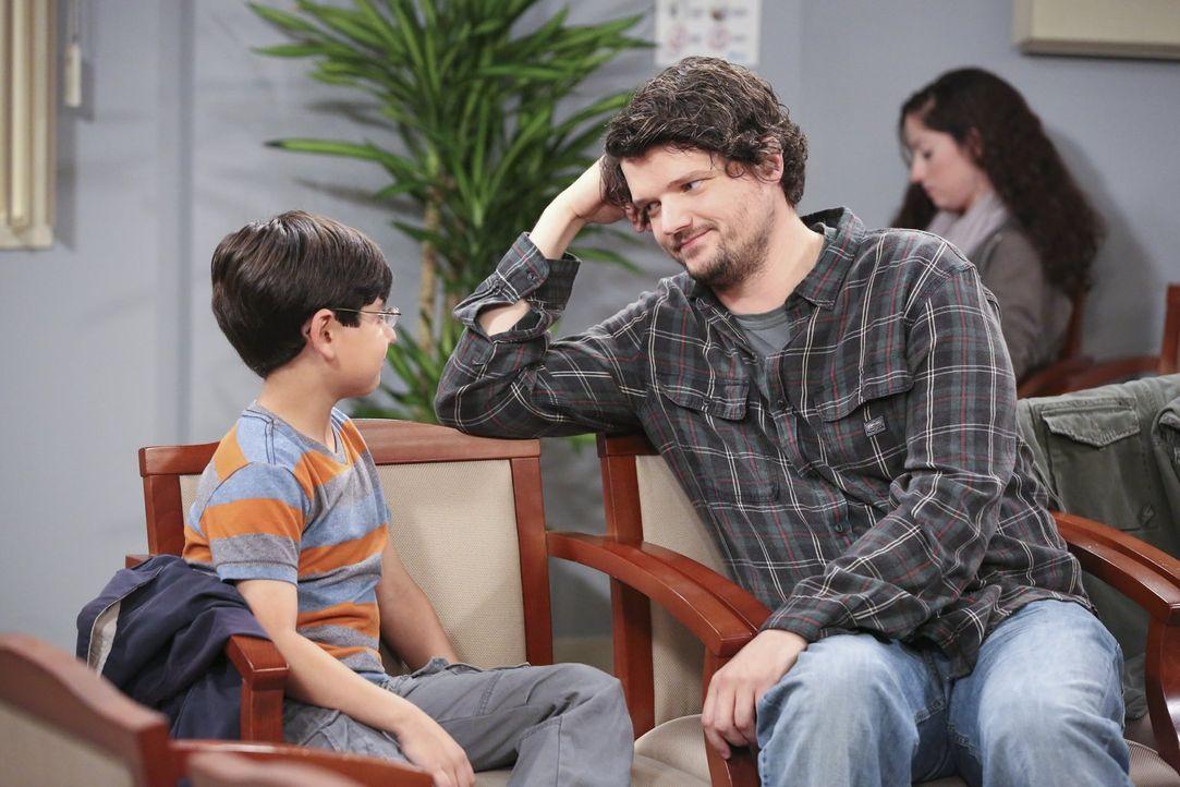 Gespräche unter Männern: Während die ganze Familie in der Klinik darauf wartet, dass Violets Baby auf die Welt kommt, erklärt Baxter (Matt Jones, r.... - Bildquelle: Warner Brothers Entertainment Inc.