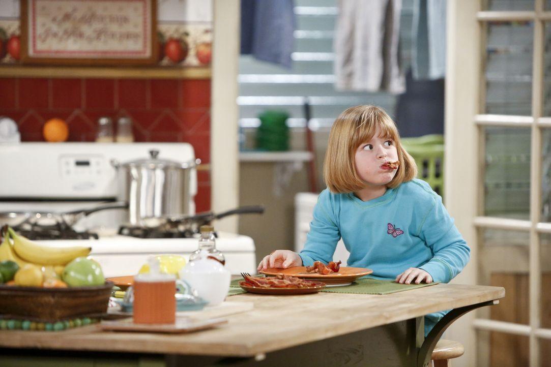 Während ihre Eltern zu einer Vegetarier-Messe fahren, darf Mikayla (Eve Moon) bei ihrer Oma Carol bleiben. Doch das wird interessante Folgen nach si... - Bildquelle: 2013 CBS Broadcasting, Inc. All Rights Reserved.
