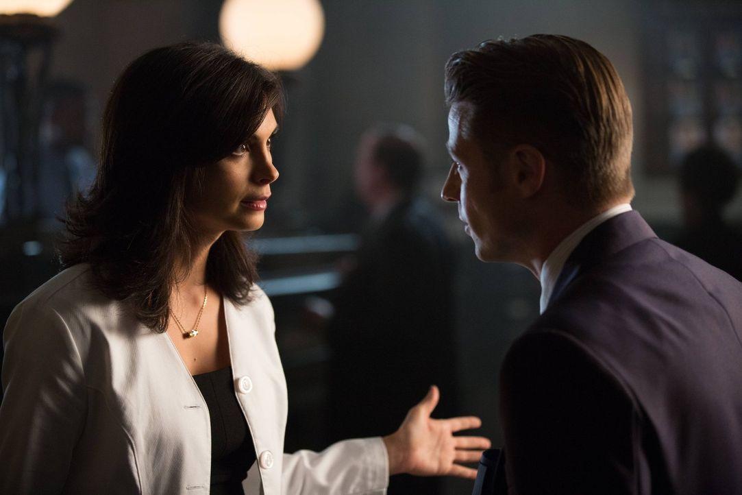 Eigentlich hat Barbara von Theo Galavan den Auftrag, Gordon (Ben McKenzie, r.) zu töten, doch diese hat ihre eigenen Pläne mit ihm und treibt einen... - Bildquelle: Warner Brothers