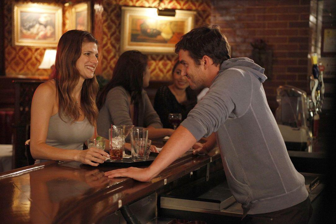 Nick (Jake M. Johnson, r.) freut sich auf das bevorstehende Date mit seiner heißen Kollegin Amanda (Lake Bell, l.). Doch danke Jess verläuft alles... - Bildquelle: 20th Century Fox