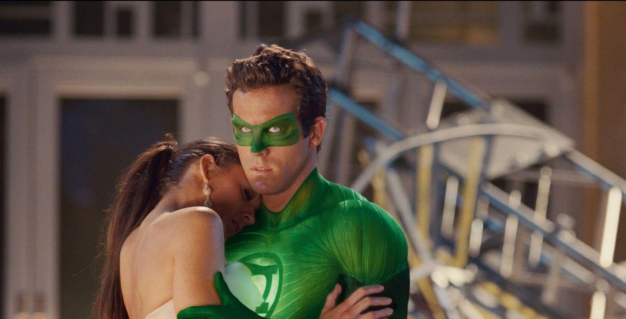 Wie weit würde Hal Jordan alias Green Lantern (Ryan Reynolds, r.) gehen, um seine geliebte Carol Ferris (Blake Lively, l.) und die ganze Erde zu ret... - Bildquelle: Warner Bros.