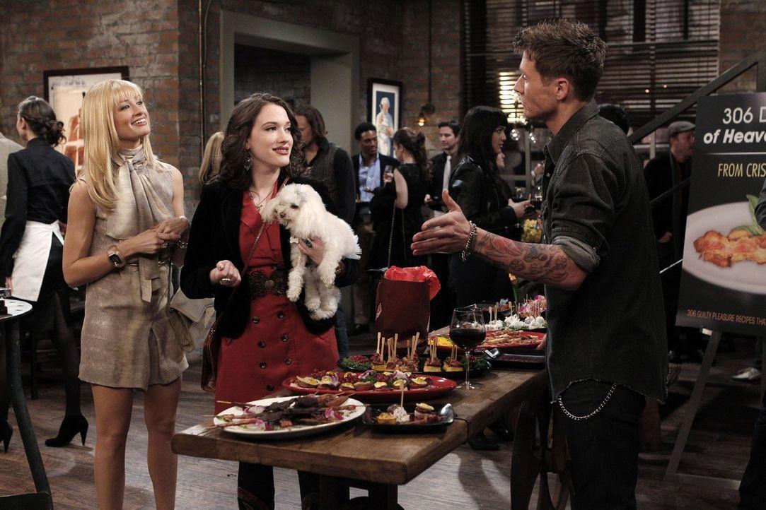 Als Max (Kat Dennings, M.) und Caroline (Beth Behrs, l.) auf der Party einer berühmten Food-Bloggerin aufkreuzen, ergeben sich für die beiden Jung... - Bildquelle: Warner Brothers