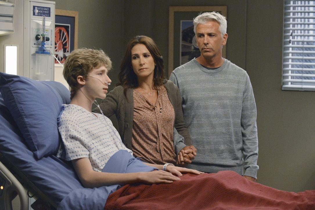 Der Teenager Michael (Joey Luthman, l.) will sich einer riskanten Herzopteration unterziehen, um somit eine weitere Herztransplantation zu verhinder... - Bildquelle: ABC Studios