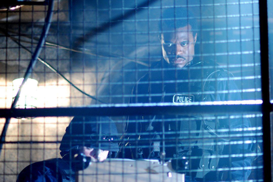 Noch ahnt Commander Rigg (Lyriq Bent, r.) nicht, dass der Jigsaw auch ihn schon bald zwingen wird, an seinem perfiden Spiel teilzunehmen ... - Bildquelle: 2007 Lionsgate, Twisted Pictures