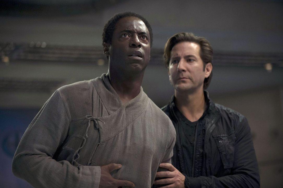 Kanzler Jaha (Isaiah Washington, l.) beschuldigt Ratsmitglied Kane (Henry Ian Cusick, r.), ihm den Tod zu wünschen. Mit Recht? - Bildquelle: Warner Brothers