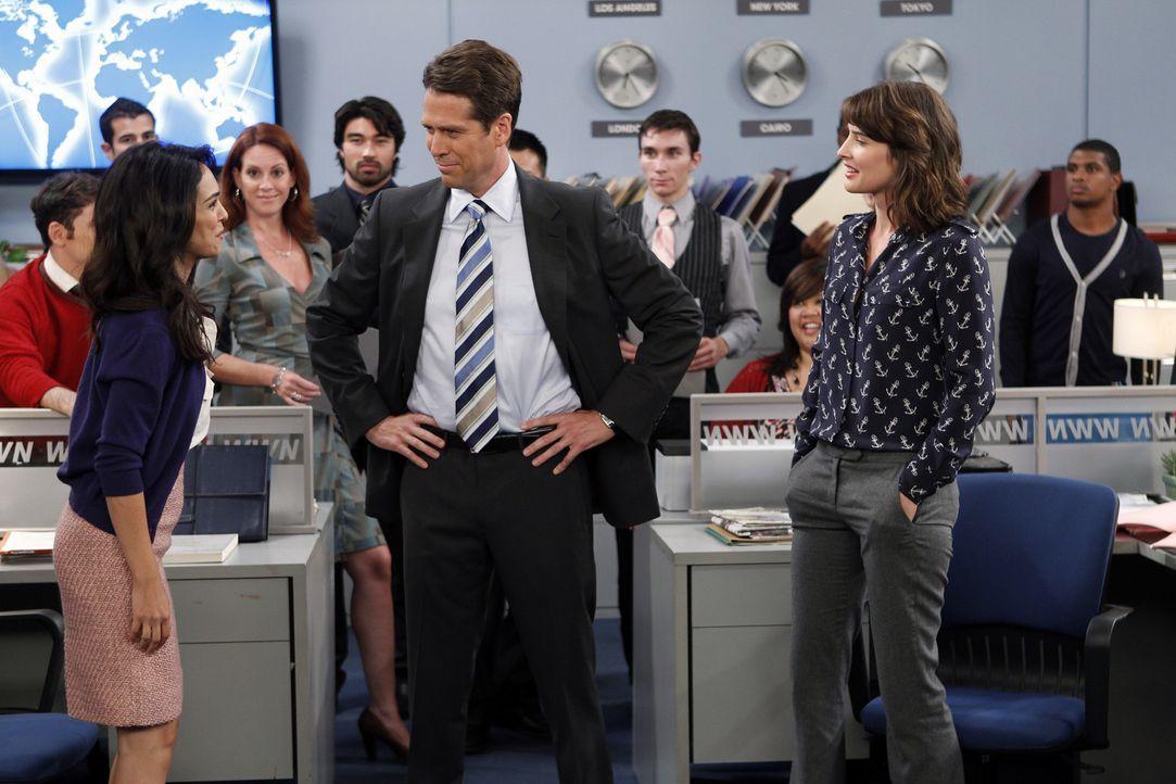 Robin (Cobie Smulders, r.) kann nicht glauben, dass sogar ihr Chef Sandy Rivers (Alexis Denisof, M.) Nora (Nazanin Boniadi, l.) ihr bevorzugt ... - Bildquelle: 20th Century Fox International Television