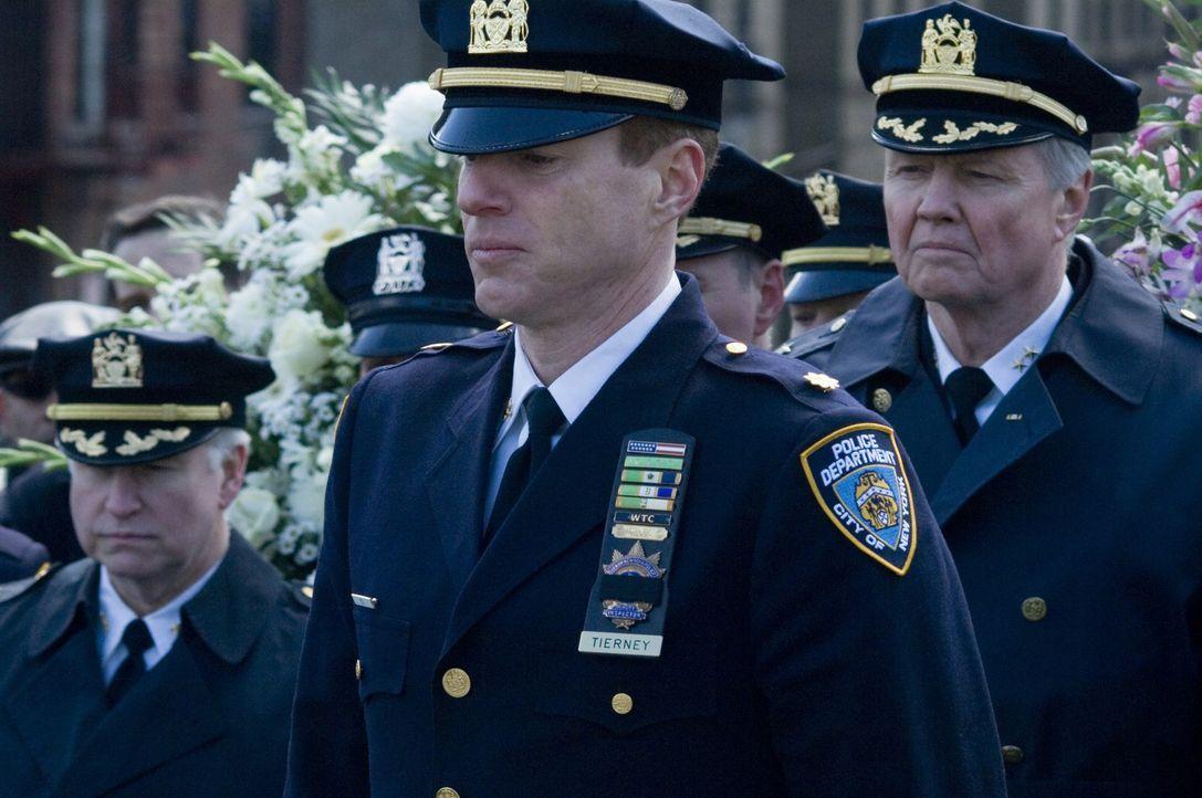 Während die Trauerfeier für die ermordeten Polizisten stattfindet, macht sich Detective Ray Tierney daran, die Umstände der schief gelaufenen Raz... - Bildquelle: 2008   Warner Brothers