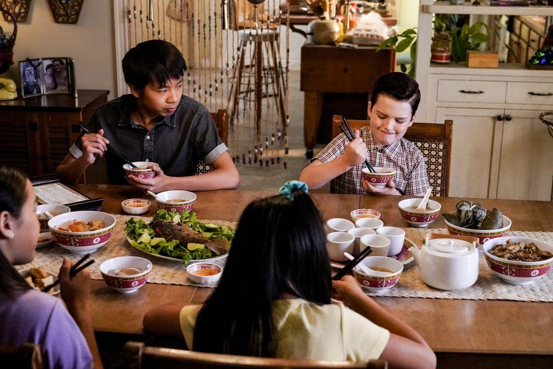 Tam (Ryan Phuong, l.); Sheldon (Iain Armitage, r.) - Bildquelle: Warner Bros.