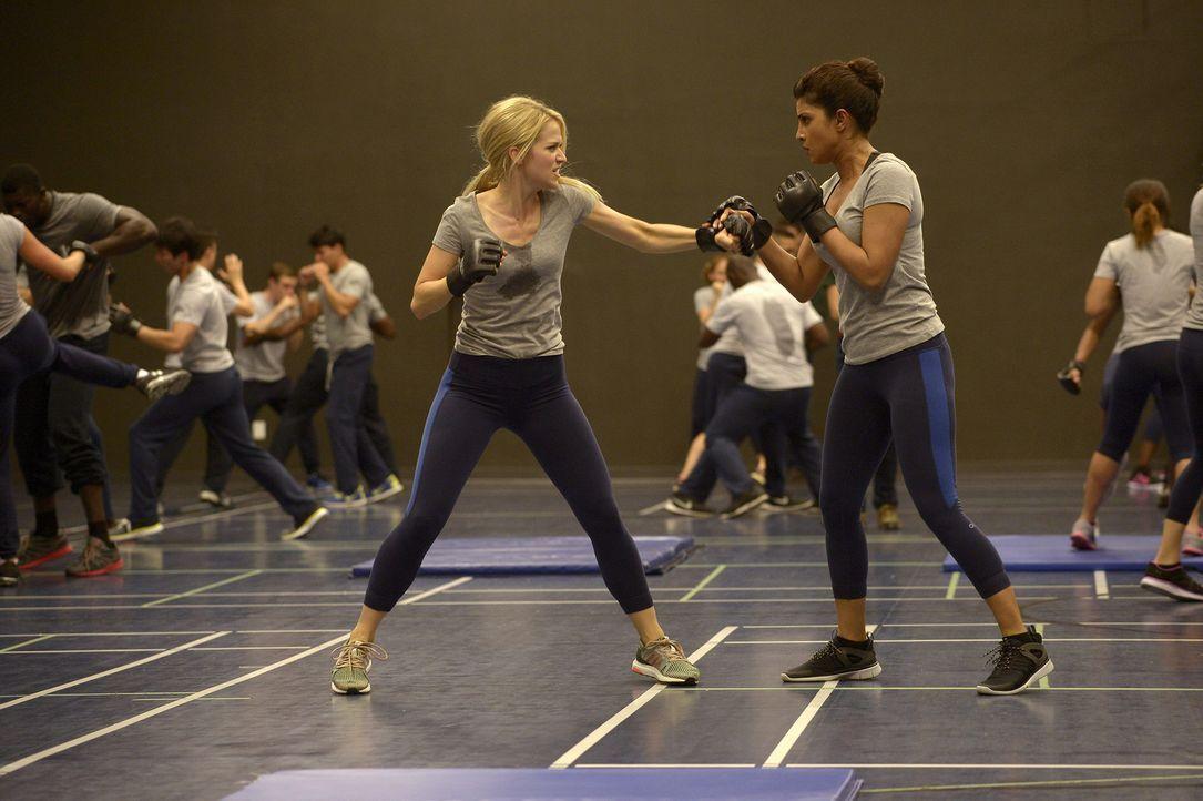 Müssen neue Techniken erlernen, um die Stärken und Schwächen ihres Gegenübers herauszufinden: Alex (Priyanka Chopra, r.) und Shelby (Johanna Braddy,... - Bildquelle: 2015 ABC Studios