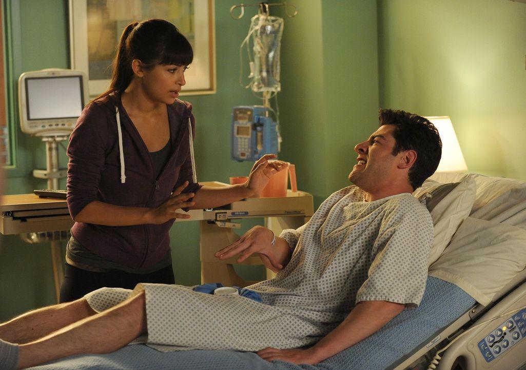 Cece (Hannah Simone, l.) ist nicht bereit, sich ihre wahren Gefühle für Schmidt (Max Greenfield, r.) einzugestehen und überredet ihn, mit einer russ... - Bildquelle: 20th Century Fox