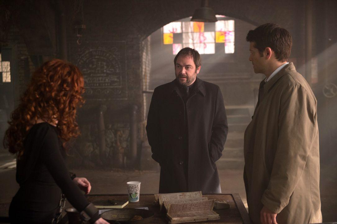 Rowena (Ruth Connell, l.) und Crowley (Mark Sheppard, M.) geraten aneinander und ausgerechnet Castiel (Misha Collins, r.) findet sich plötzlich inmi... - Bildquelle: 2016 Warner Brothers