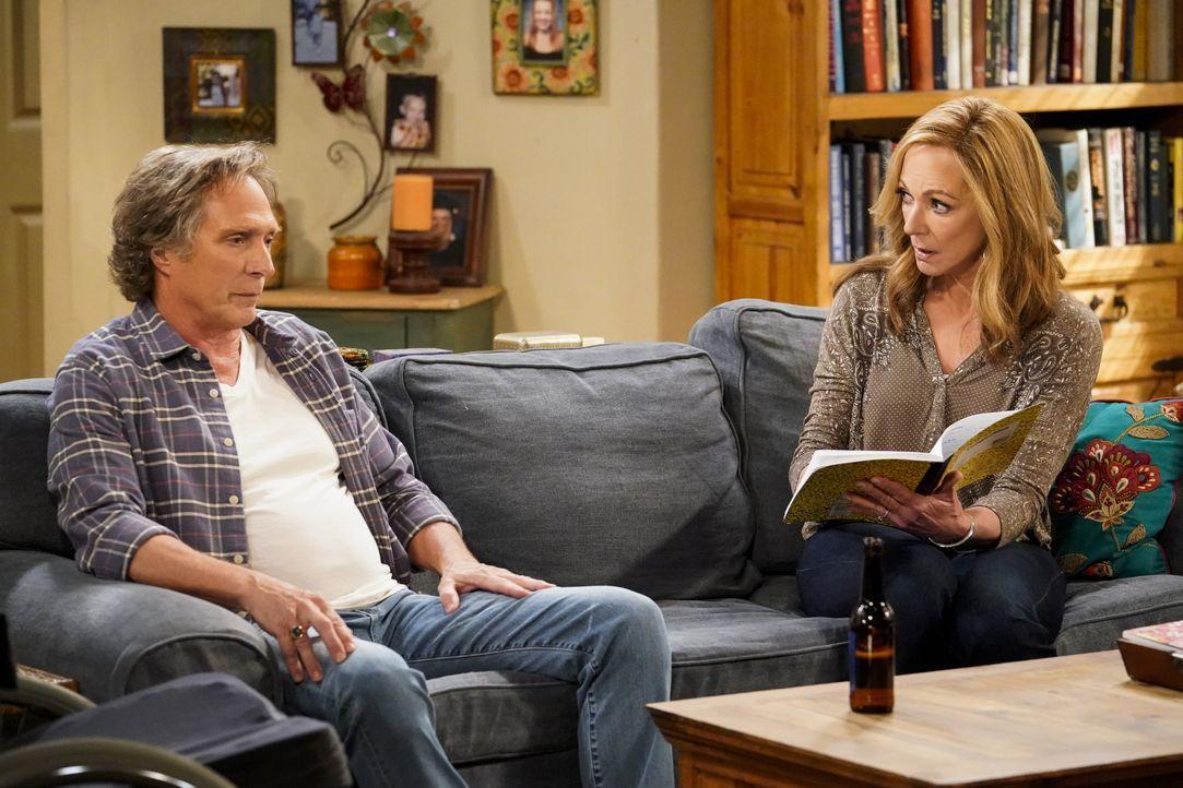 Adam (William Fichtner, l.); Bonnie (Allison Janney, r.) - Bildquelle: Warner Bros. Entertainment, Inc.