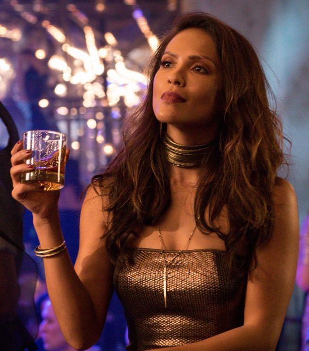 Maze (Lesley-Ann Brandt) muss die Konsequenzen ihrer Entscheidungen tragen. Unterdessen kommen sich Chloe und ihr Exmann wieder näher ... - Bildquelle: 2016 Warner Brothers