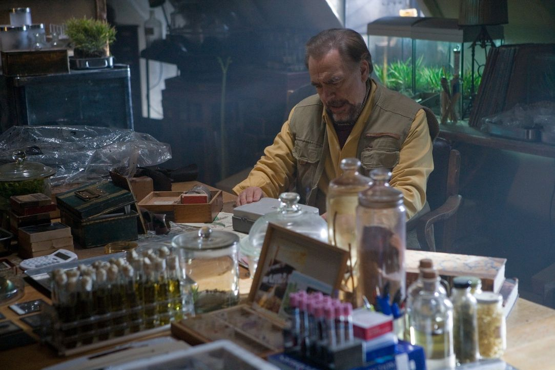 Dennis Masen (Brian Cox) ist der einzige, der die Triffids so gut kennt, dass er eine Chance hat, ein Mittel zu ihrer Vernichtung zu finden ... - Bildquelle: Triffids Production Limited and Triffids (Canada) Productions Inc. 2009