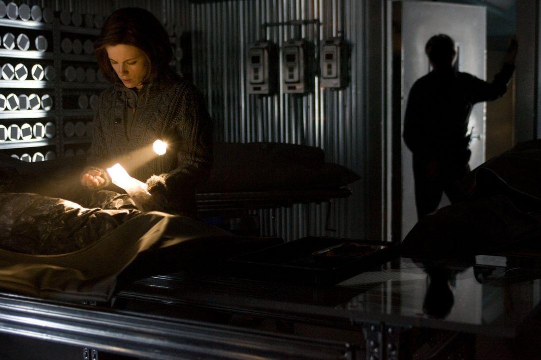 Als Carrie (Kate Beckinsale, l.) einem Geheimnis auf die Spur kommt, ahnt sie nicht, dass Dr. John Fury (Tom Skerritt, r.) darüber nicht sehr glüc... - Bildquelle: Warner Bros.