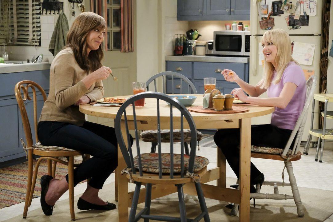 Der Besuch von Adams Bruder sorgt bei Bonnie (Allison Janney, l.) und Christy (Anna Faris, r.) für Gesprächsstoff ... - Bildquelle: 2017 Warner Bros.