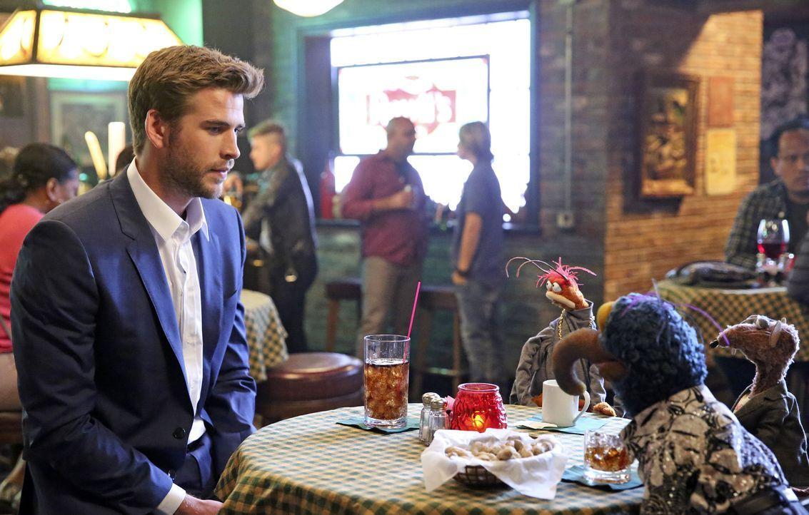 Pepe (2.v.l.), Rizzo (r.) und Liam Hemsworth (l.) helfen derweil Gonzo (2.v.r.) bei einem Date, während Miss Piggy sauer auf Christina Applegate ist... - Bildquelle: Adam Taylor ABC Studios