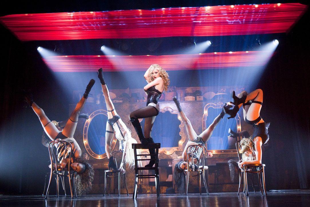 Let the show begin! Ihre Stimme und ihre Bühnenpräsenz sorgen bei Tess für die längst notwendigen vollen Kassen: Ali Rose (Christina Aguilera, M... - Bildquelle: 2010 Screen Gems, Inc. All Rights Reserved.