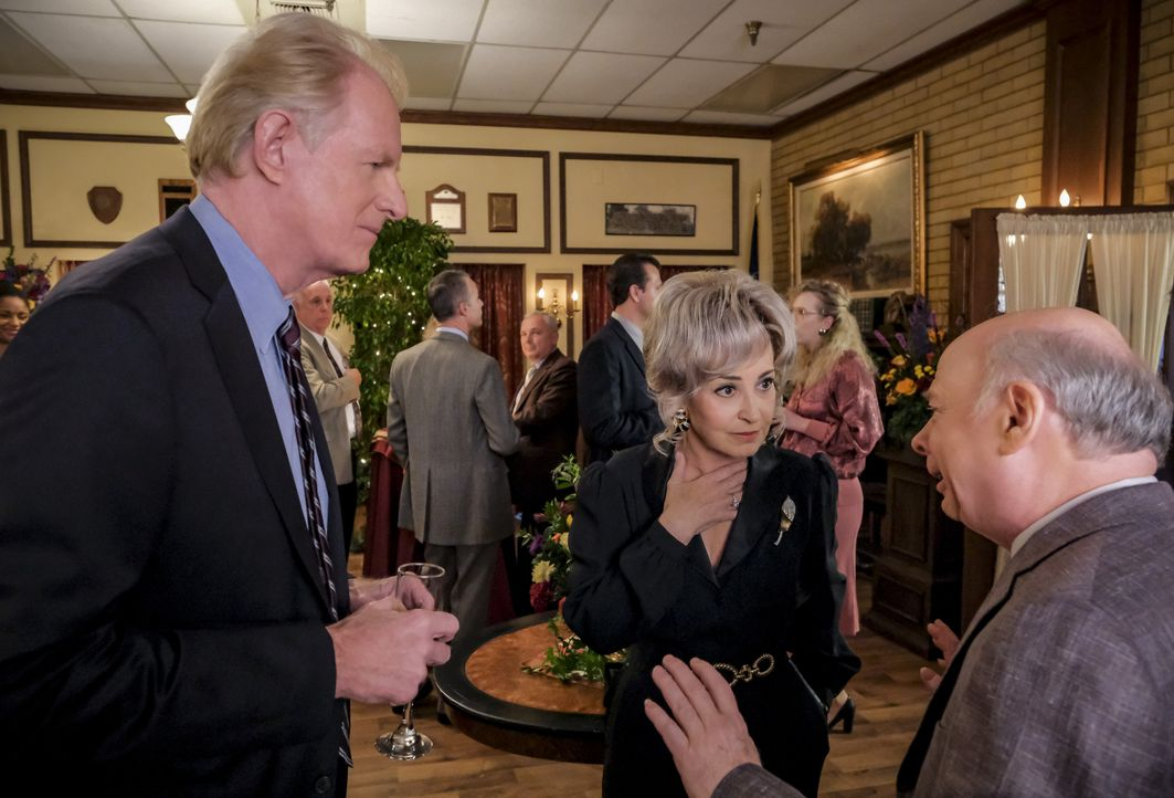 (v.l.n.r.) Dr. Linkletter (Ed Begley jr.); Meemaw (Annie Potts); Dr. John Sturgis (Wallace Shawn) - Bildquelle: Darren Michaels 2018 WBEI. All rights reserved. / Darren Michaels