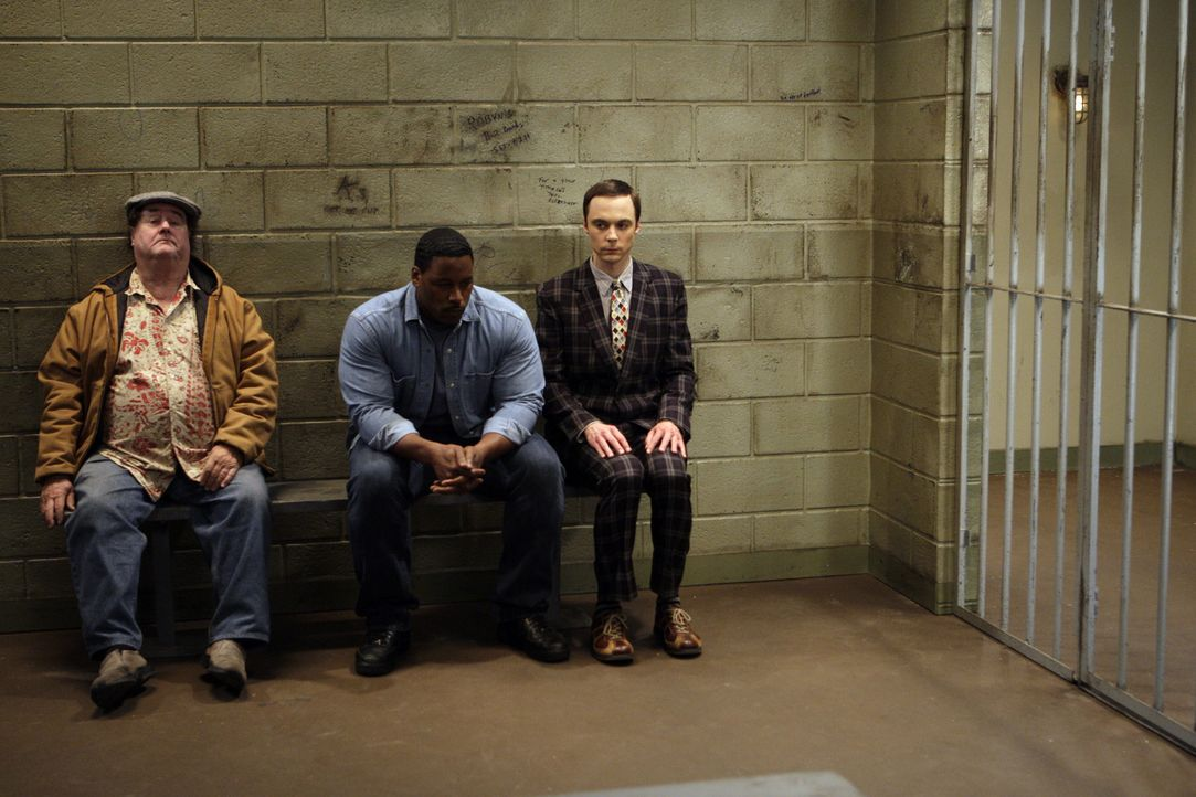 Howard entdeckt, dass Sheldon (Jim Parsons, r.) wegen eines Fahrvergehens eine Vorladung vor Gericht bekommen hat. Sheldon weigert sich, das Bußgel... - Bildquelle: Warner Bros. Television