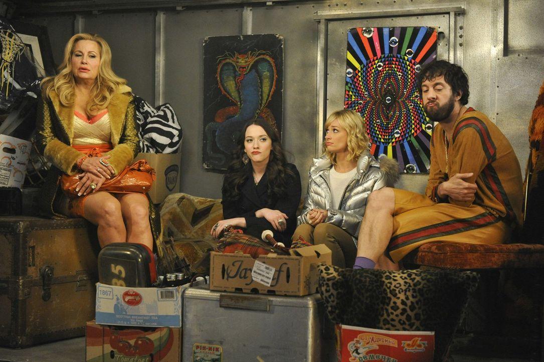 Schnell wird Max (Kat Dennings, 2.v.l.) und Caroline (Beth Behrs, 2.v.r.) klar, dass die Idee von Oleg (Jonathan Kite, r.) und Sophie (Jennifer Cool... - Bildquelle: Warner Bros. Television