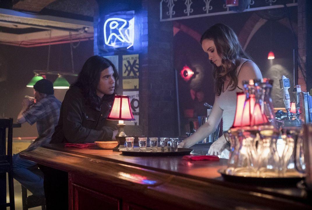 Cisco (Carlos Valdes, l.) stattet Caitlin (Danielle Panabaker, r.) einen Besuch in der Kneipe ab, in der sie arbeitet und weiht sie in ihre Pläne ei... - Bildquelle: 2017 Warner Bros.