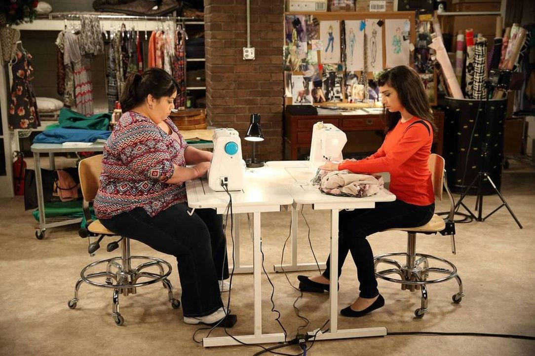 Bis zur letzten Minute müssen Mandy (Molly Ephraim, r.) und Blanca (Carla Jimenez, l.) an der neuen Modekollektion von Mandy arbeiten, denn ihre Kle... - Bildquelle: 2013-2014 Twentieth Century Fox Film Corporation. All rights reserved.
