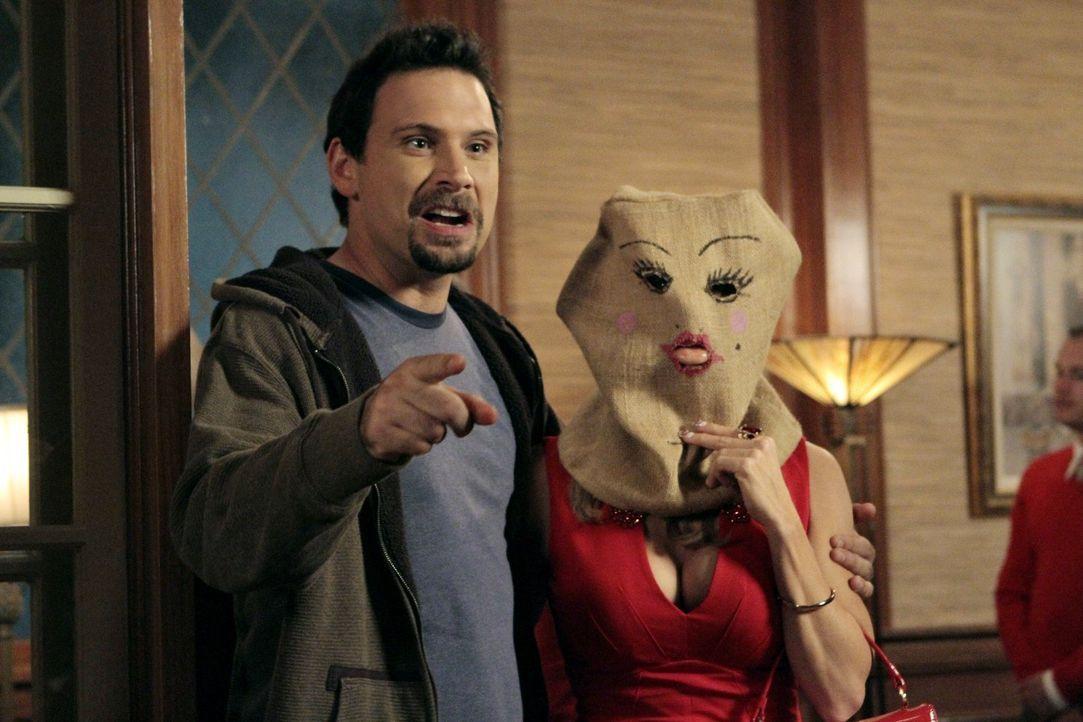 Erleben einen ganz außergewöhnlichen Valentinstag zusammen: Dallas (Cheryl Hines, r.) und George (Jeremy Sisto, l.) ... - Bildquelle: Warner Brothers