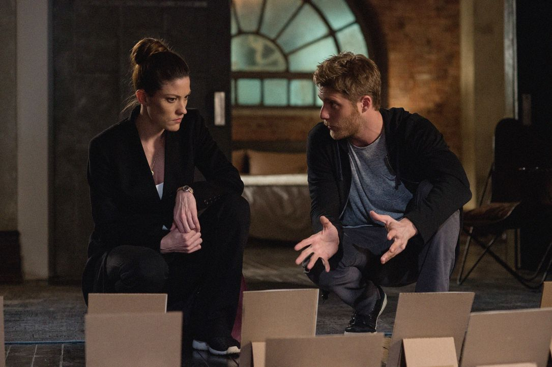 Gemeinsam stellen sie Nachforschungen über NZT an: Brian (Jake McDorman, r.) und Rebecca (Jennifer Carpenter, l.) ... - Bildquelle: David Giesbrecht 2015 CBS Broadcasting, Inc. All Rights Reserved