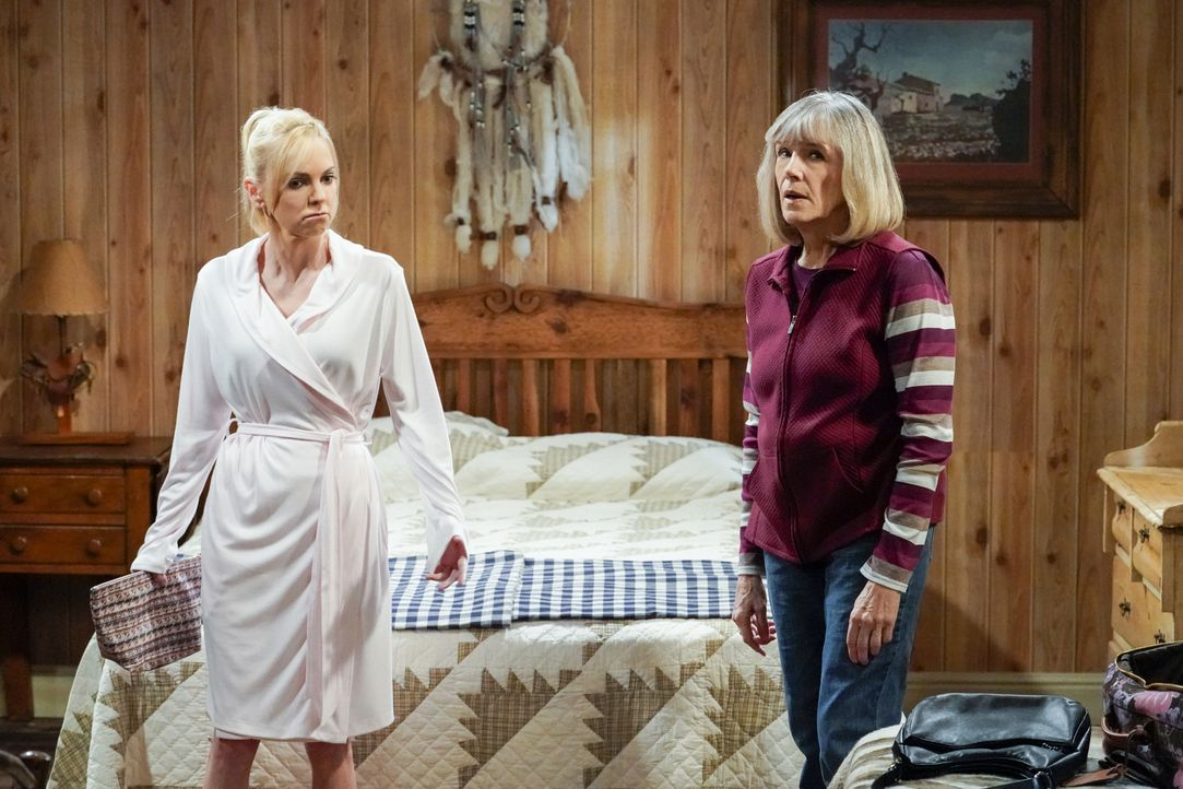 Christy (Anna Faris, l.); Marjorie (Mimi Kennedy, r.) - Bildquelle: Warner Bros. Entertainment, Inc.
