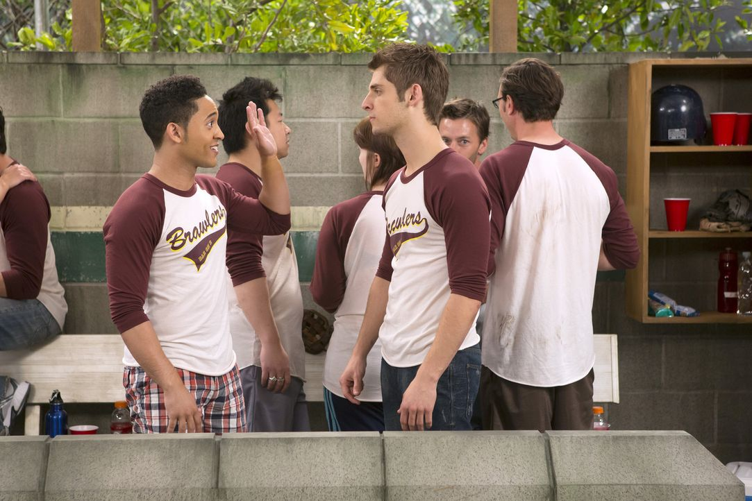 Sind von Riley, ihrem neuen Coach des Softball-Teams, genervt: Ben (Jean-Luc Bilodeau, vorne r.) und Tucker (Tahj Mowry, vorne l.) ... - Bildquelle: Bruce Birmelin ABC Family
