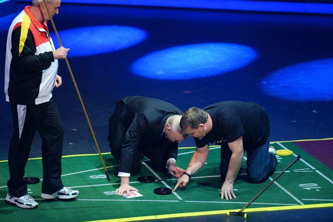 Hier geht's um Millimeter. Stefan Raab (M.) und Elton (r.) messen, wer das Spiel gewonnen hat ... - Bildquelle: Willi Weber ProSieben