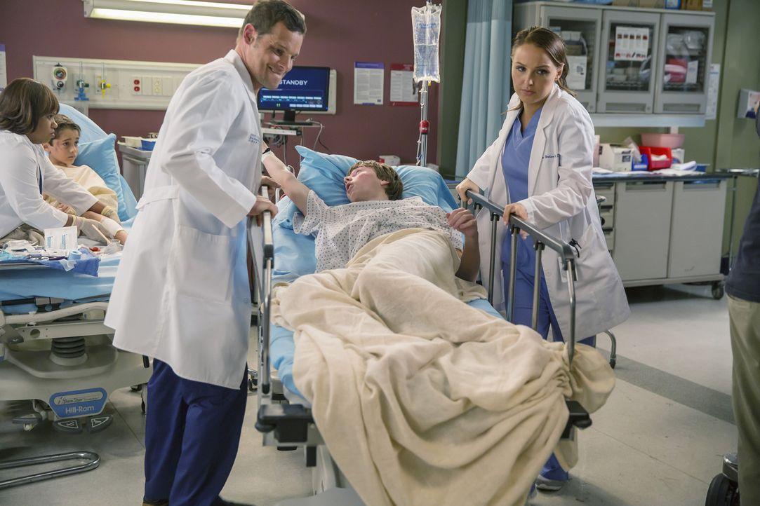 Dylan (AJ Achinger, M.) muss sofort operiert werden! Ob Jo (Camilla Luddington, r.) und Alex (Justin Chambers, l.) das Leben des jungen Patienten re... - Bildquelle: ABC Studios
