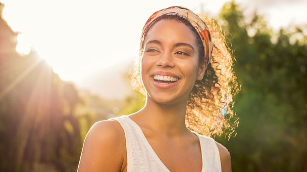 Strahlende Haare mit gesunder Haarstruktur – festes Shampoo und natürliche Ha...