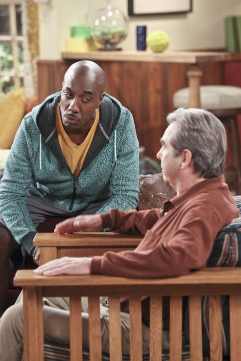 Ray (J.B. Smoove, l.) ist der Meinung, dass sein Kumpel dringend eine Aufklärungsstunde nötig hat. Tom (Beau Bridges, r.) sieht das genauso ... - Bildquelle: 2013 CBS Broadcasting, Inc. All Rights Reserved.