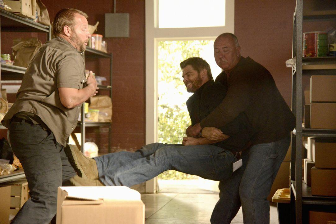 Das Leben in Chester's Mill wird immer gefährlicher. Wird Barbie (Mike Vogel, M.) sich rechtzeitig in Sicherheit bringen können? - Bildquelle: 2014 CBS Broadcasting Inc. All Rights Reserved.