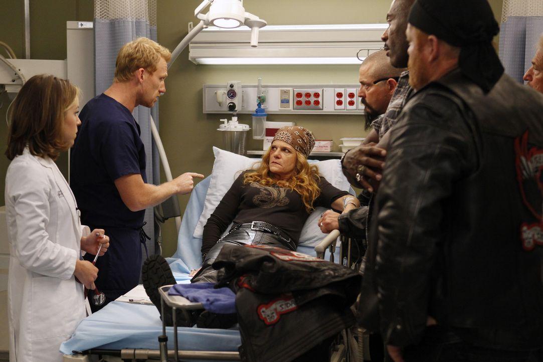 Während Bailey ihre Hochzeit in der Warteschleife hält, um Adeles Leben zu kämpfen, kümmern sich Owen (Kevin McKidd, 2.v.l.) und Heather (Tina M... - Bildquelle: ABC Studios
