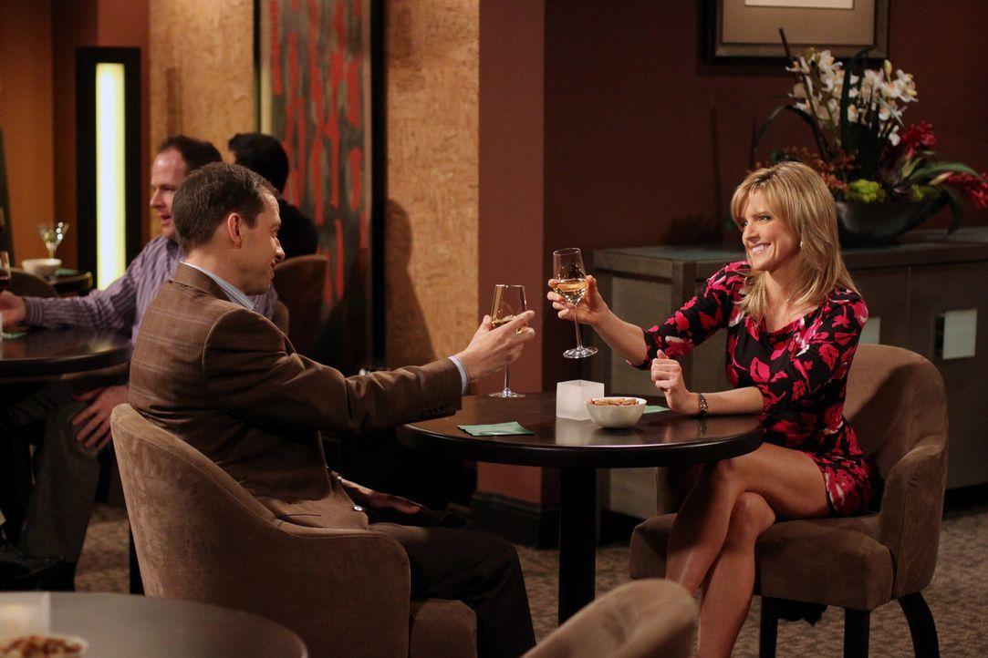 Eigentlich wollte Alan (Jon Cryer, l.) Eldridges Mutter Lyndsey (Courtney Thorne-Smith, r.) die Meinung sagen - bis er sie kennenlernt ... - Bildquelle: Warner Brothers