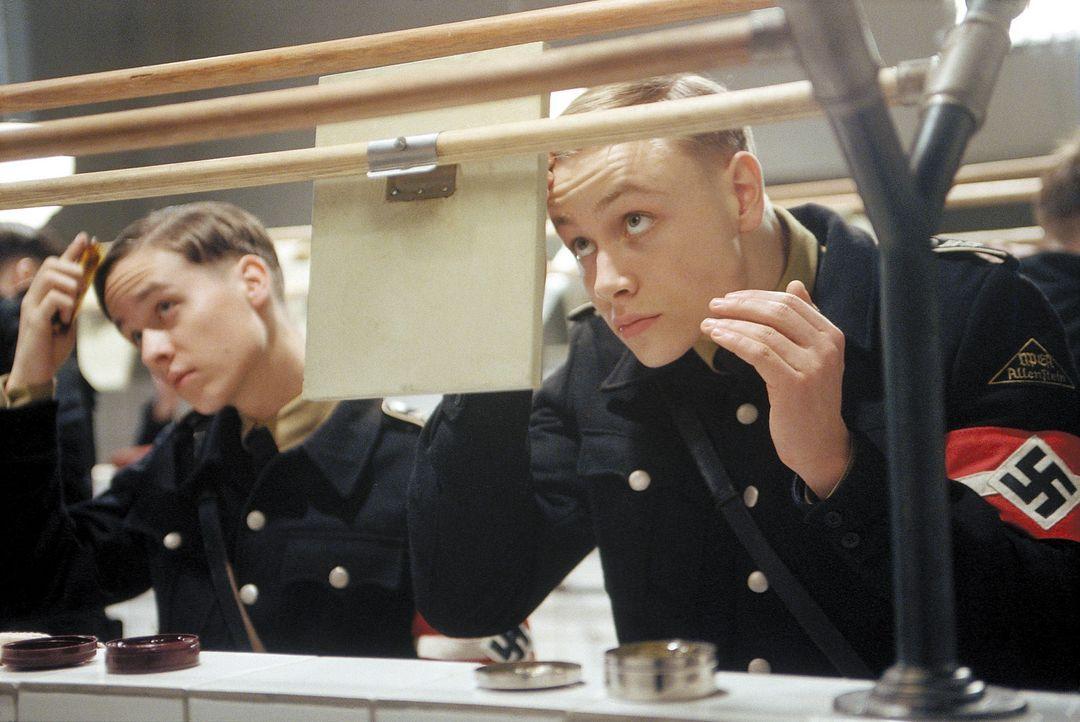 Bereist nach kurzer Zeit werden Friedrich (Max Riemelt, l.) und der Sohn des Gauleiters, Albrecht (Tom Schilling, r.), ein sensibler Junge, der Schr... - Bildquelle: Constantin Film