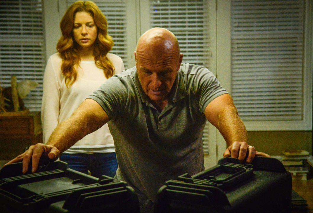 Während außerhalb der Kuppel die Welt untergeht, wissen Julia (Rachelle LeFevre, l.) und Big Jim (Dean Norris, r.) nicht, ob sie die Menschen in Che... - Bildquelle: Brownie Harris 2015 CBS Studios Inc.