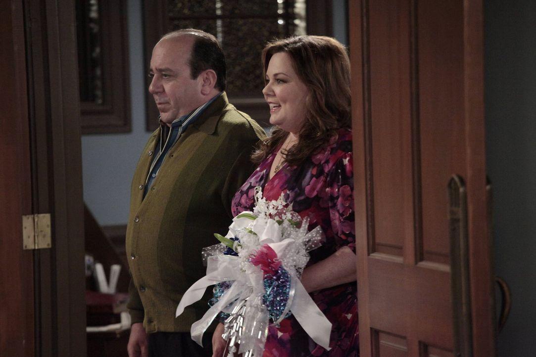 Kurz vor der Hochzeit wollen Mike und Molly mit ihren Lieben ihren großen Tag proben. Doch dabei geht so einiges schief: Vince (Louis Mustillo, l.)... - Bildquelle: Warner Brothers