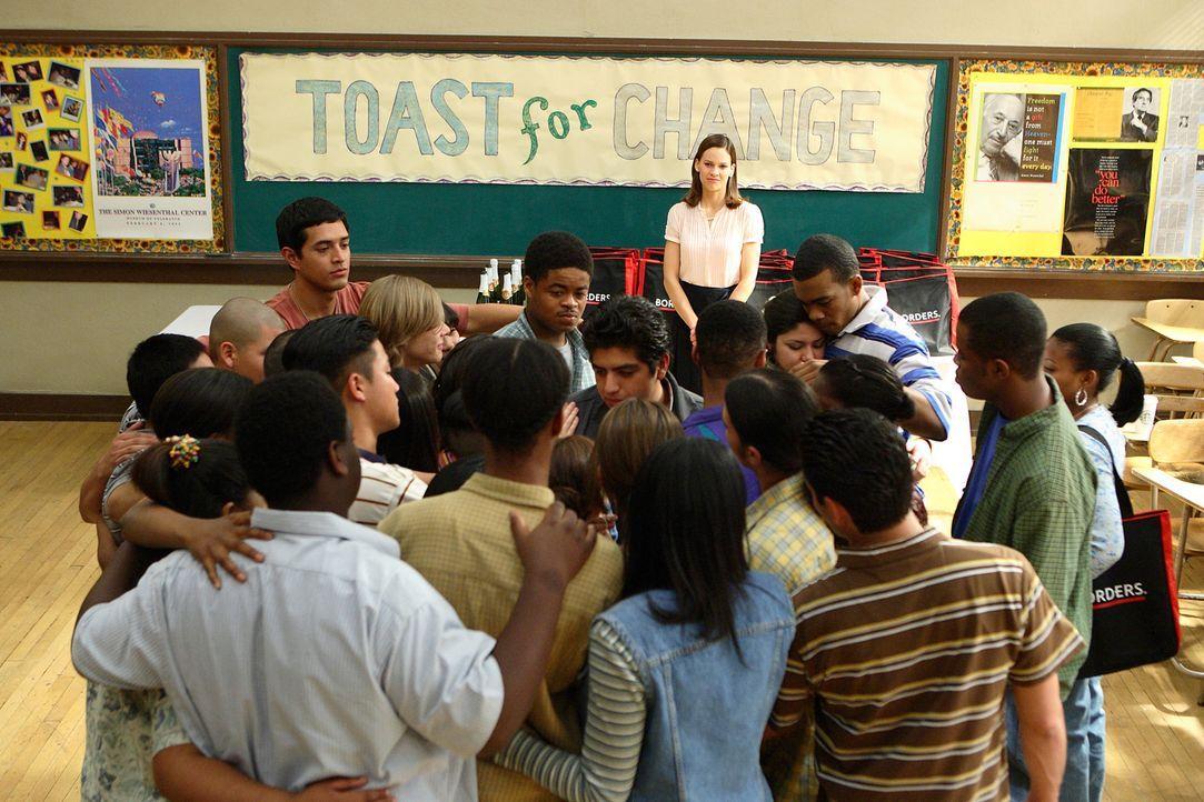 Erin Gruwell (Hilary Swank, hinten) schafft es, der Meinung ihrer Kollegen zum Trotz, in dem von Latinos und afroamerikanischen Gangs geprägtem Umf... - Bildquelle: Paramount Pictures