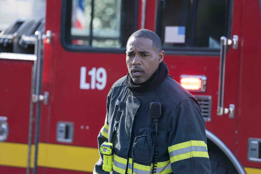 Als sie ein schweres Busunglück vorfinden, gerät das Station 19-Team um Neuling Ben Warren (Jason George) an seine Grenzen ... - Bildquelle: Mitch Haaseth 2018 American Broadcasting Companies, Inc. All rights reserved / Mitch Haaseth