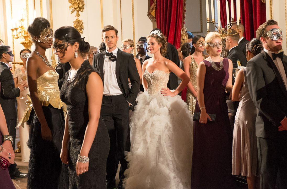 Der Tag des großen Maskenballs ist da. Ophelia (Merritt Patterson, M.r.) und Prinz Liam fällt es jedoch schwer, richtig Spaß zu haben, da sie zwisch... - Bildquelle: Jim Marks 2014 E! Entertainment Media LLC/Lions Gate Television Inc.