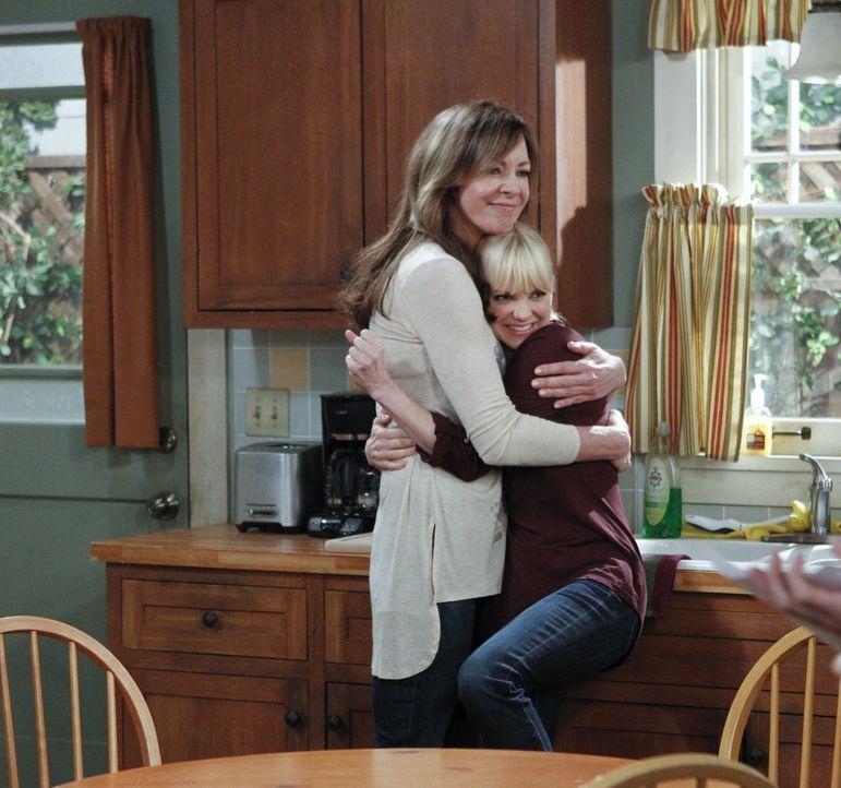 Ein Herz und eine Seele: In schwierigen Momenten halten Bonnie (Allison Janney, l.) und Christy (Anna Faris, r.) eisern zusammen, so oft sie im Allt... - Bildquelle: Warner Brothers Entertainment Inc.